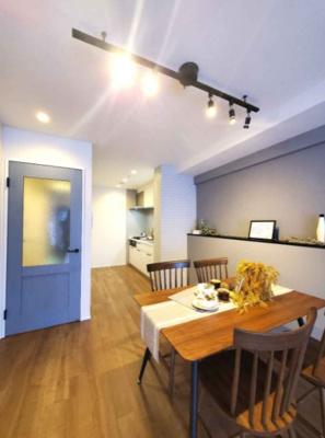 ブルーの扉がアクセントとなり、カフェ風の内装に◎家具の配置がしやすい壁付キッチンを採用しました。
