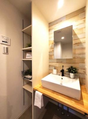 洗面室もお洒落な空間に仕上がりました♪可動棚付の収納スペースがあり、タオル等が綺麗に片付きます。