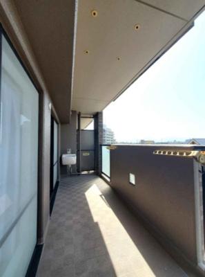 5階部分・南向きのため日当たり良好です!バルコニーのお手入れがしやすいスロップシンクがございます。