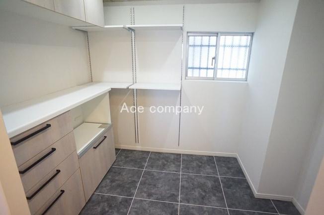 【キッチン背面:広々パントリー!】窓あり☆冷蔵庫もスッキリ収納できます♪