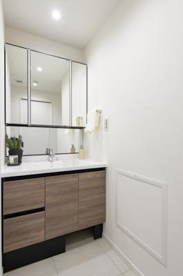 LIXIL製洗面化粧台を新規交換。ホースが引き出せ、つなぎ目のないボウルでお掃除ラクラクです。