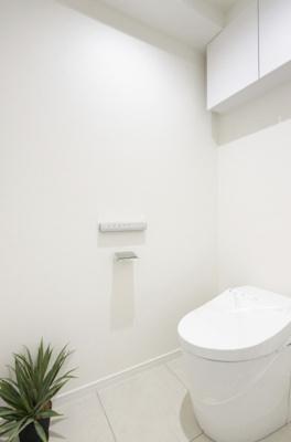 吊戸棚があるトイレは、TOTO製のタンクレストイレを採用。スタイリッシュにも関わらずお掃除の手間を減らす工夫も搭載されています。