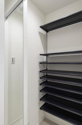 シューズインクローゼット付きでたっぷり収納ができるので、玄関先をきれいに保てます。