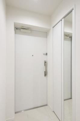 玄関には鏡があるので、外出前に靴を履いた状態で全身の身だしなみチェックが出来ますね。