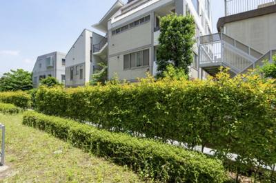 バルコニーからの眺望です。敷地を囲む生垣により間近に緑を感じます。