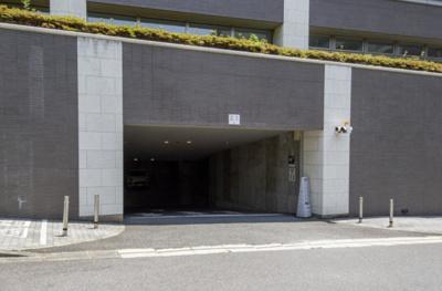 駐車場は地下にあるので、雨の日も濡れずに乗り降りできます。