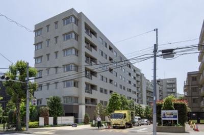 外観です。京王井の頭線 『駒場東大前駅』 徒歩8分。スーパーやコンビニ至近で買い物便利な立地です。目の前のバス停は、渋谷行の便が多く便利です。