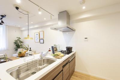 ご家族やゲストと会話が楽しめる対面型キッチンは、LIXIL製システムキッチンを新規交換。ガスコンロは汚れや傷がつきにくいガラストップです。