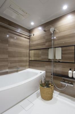 浴室は1620サイズの広々としたTOTO製のユニットバスを新規交換。換気乾燥・追焚機能付きで1年中快適にゆったりとバスタイムをお楽しみいただけます。