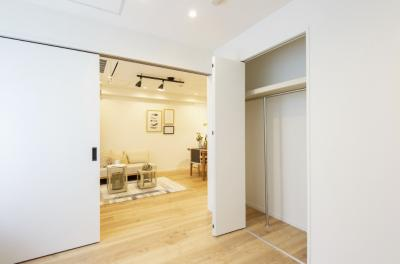 洋室1とリビングの扉はレールのない引き戸です。扉を開けておくことでより開放感のあるお部屋となります。