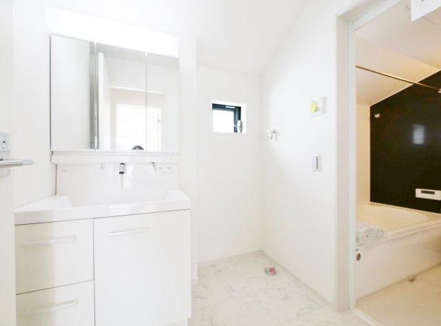 使い勝手のよい三面鏡の洗面台 鏡裏に収納があるので水回りをキレイにお使いいただけます 洗面室も広々としているのでお子様との入浴にン便利です