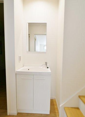 1階ホールにはセカンド洗面台がございます 帰宅時やお掃除などに便利です