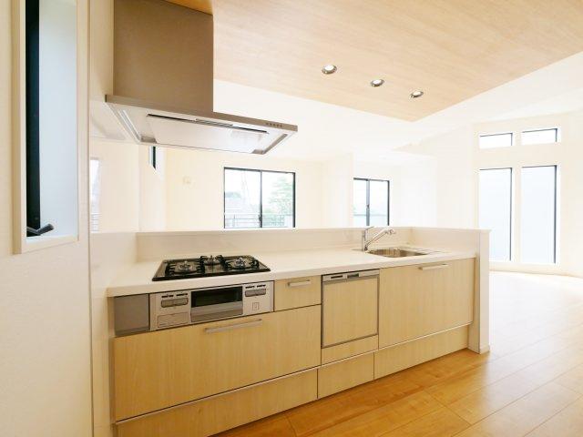 家族のコミュニケーションが育まれる対面キッチン アクセントクロスを施したお洒落なキッチンです 食器洗乾燥機が標準装備です