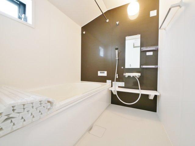 落ち着いた色合いの浴室 一坪タイプの浴室なので足を延ばしてゆっくりとバスタイムを楽しめます 浴室換気乾燥機が標準装備です