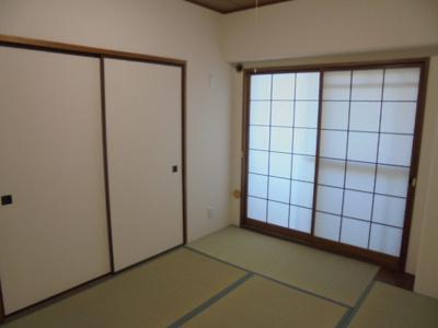 和室にはたっぷり収納の押入れがあります。