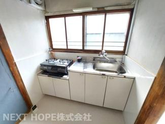 シンプルキッチンです♪キッチン前には窓も有り、たいへん明るいキッチンです!