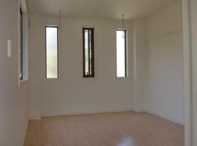7.5帖のきれいな洋室。