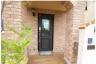 落ち着いた雰囲気の玄関ドア。