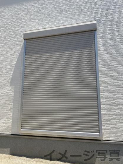 雨戸シャッター。台風などの強風時に窓ガラスを保護します。汚れ防止、防犯・防音効果もあり。