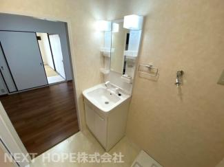新品の洗面化粧台です♪シャワー水栓で使い勝手がいいですね(^^)
