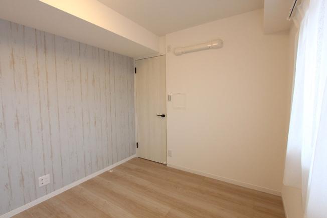 窓付きで明るい光が差し込み、レースカーテンも設置されております◆ナチュラルな内装で合わせやすく、インテリア設置など楽しみになりますね♪居室ごとに荷物が片付く全居室収納完備!