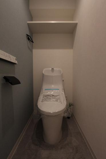 温水便座付きトイレ新規交換済◇温水浄便座ならオールシーズン関係なく暖かい便座で快適に過ごせます。トイレットペーパーや掃除道具など収納できる棚も備わっております!