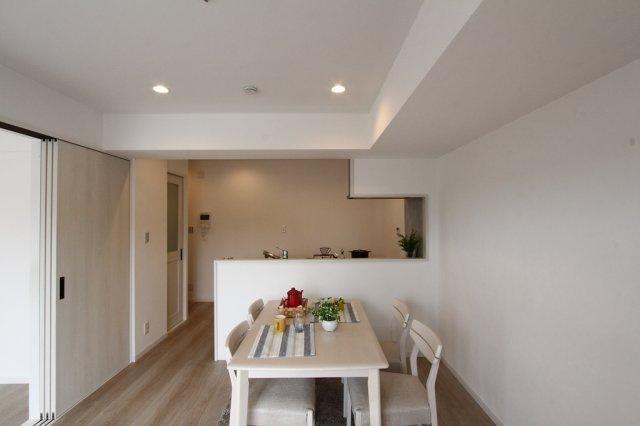 LDKに洋室が隣接されており、開放すれば広々とした空間確保が可能でございます!内装リフォーム&室内クリーニング済みの気持ちの良い物件はいかがでしょうか。返済計画も立てやすく家計に優しい中古マンション♪