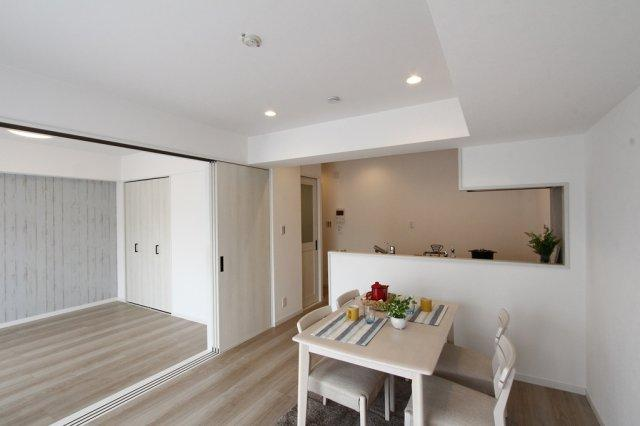 【2021年7月新規内装フルリフォーム完了】ダイニングテーブルセットなどが家具付き販売物件です!白が基調で明るく、居室のアクセントクロスやかわいいドアでお洒落な内装になっております◎