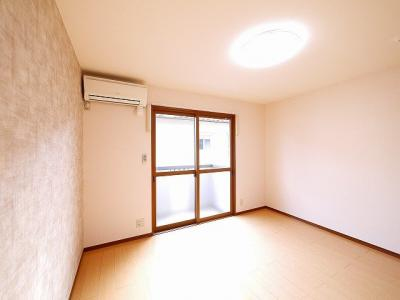 広くて明るい寝室です