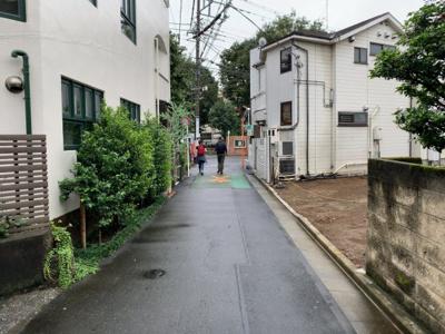 車通りの少ない閑静な住宅街。住環境良好です(2021.09.04撮影)。