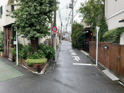 周辺は閑静な低層住宅街です(2021.09.04撮影)。