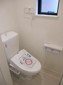 小窓付きの機能的なトイレです♪