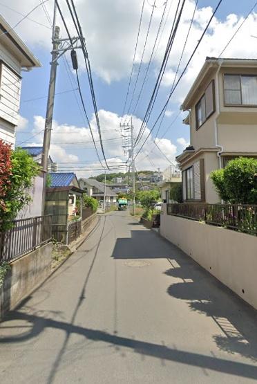 綺麗に整備された道路で、自転車・徒歩でも通りやすい道です。 平坦地なので足腰の身体の負担も掛かりにくいですよ。