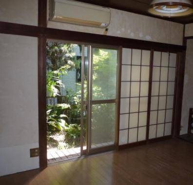 明るい光が注ぎ込む1階洋室は、障子を開けていても人の目が気にならないプライバシーが守られる空間に◎ 陽当たりの良いお庭があるので、ガーデニングや家庭菜園も楽しめます。