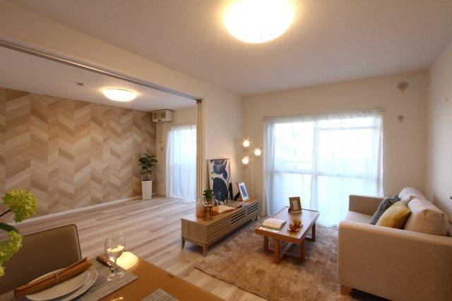 木目が楽しめる柔らかでおしゃれな室内です。 家具がレイアウトされているので、配置やおおきさなど新生活の参考になりますね。