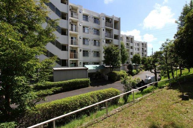 緑豊かでのんびりとした暮らしが送れる茅ヶ崎市堤の5階建て中古マンション。 アフターサービス保証付きで安心してお過ごしいただけます♪