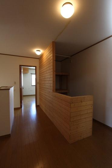 2階は、木材をたっぷりと使用した温かみのある内装が魅力です。 建具などで1階と2階の雰囲気を変えることで、それぞれが住み心地の良い空間を演出しています。
