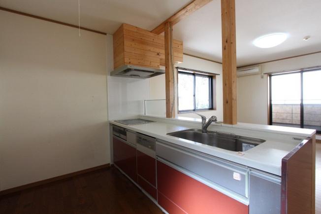 スタイリッシュなデザインのキッチンがとっても魅力的な2階キッチン。食器洗乾燥機付きですので、家事の時短にもつながりますね。