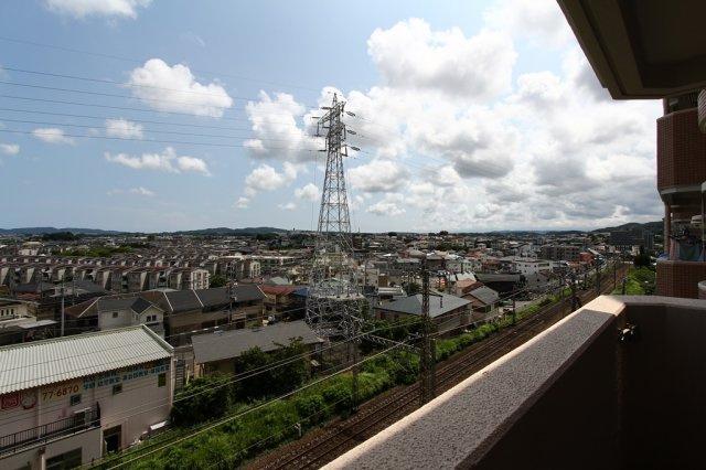 周辺は、高い建物がなく開放的な眺望です。 5階に位置しますので風通しもよく、大変気持ちの良いバルコニーです。