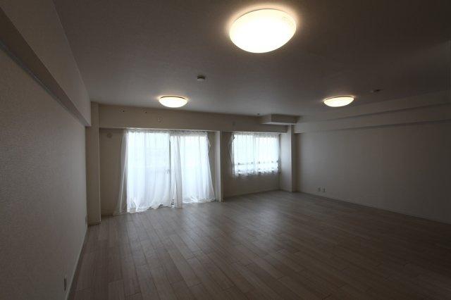 LDKに隣接していた洋室を開放し、22.5帖の大空間にリノベーションいたしました。 バルコニーからの陽ざしもたっぷり入る明るい空間です。