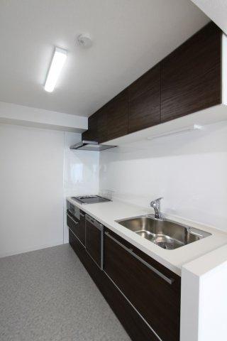 新規交換したキッチンは、食器洗乾燥機付き。家事の負担も軽減され、快適な新生活をスタートできそうですね。