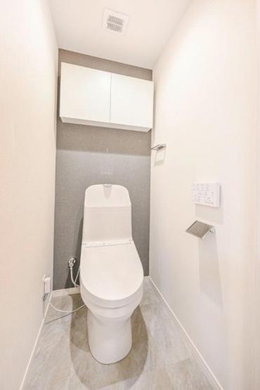 ユニーブル西荻窪Ⅱ:ウォシュレット機能付き節水型トイレの上には吊戸棚収納が付いております♪