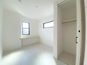 5帖の洋室も窓から明るい陽射しが気持ちの良い使い勝手のいい洋室です