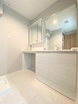 独立洗面台、広々とした造りになっていますのでご家族並んで使えて忙しい時間に大変便利です