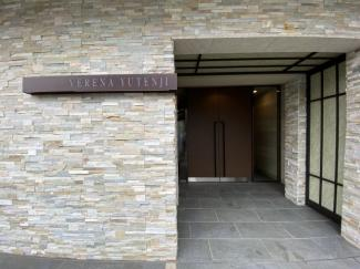 玄関へのアプローチは毎日の行き帰りで使う大事な場所。シンプルで明るい基調なデザインなのでご友人を自信を持って迎え入れられます。 令和3年9月3日撮影