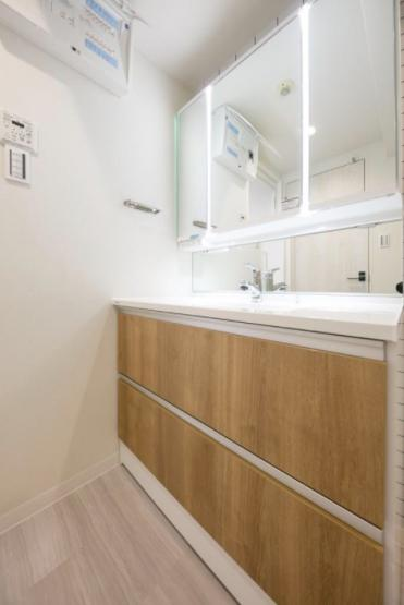 グランドメゾン川口:明るく清潔感のある三面鏡付き洗面化粧台です!