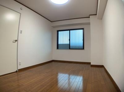 広々とした洋室です。約6.7帖あります。