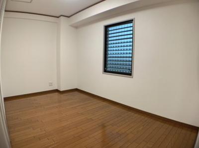個人の部屋や寝室として使える洋室です。約5.6帖の広さです。