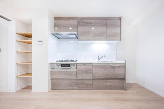 エクレールコート桜上水:3口コンロ付きシステムキッチンは収納豊富なのでお皿や調理道具などたくさん収納できます!