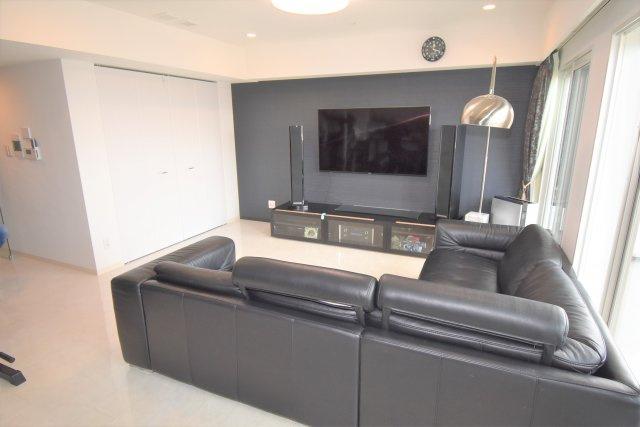 テレビは壁掛け可能!天井には埋め込みのオプションスピーカー!